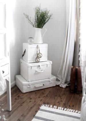 Malas antigas pintadas de branco, uma leveza para a peças pesada