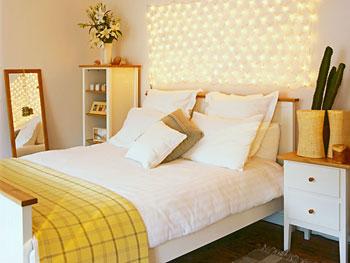 Luzes pisca-pisca modelam um painel sobre a cama