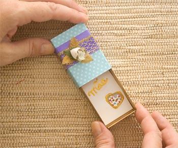 O cartão vai dentro do box, um cartão-box