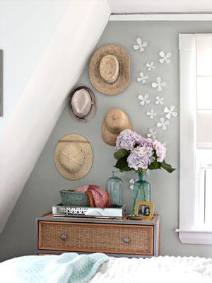 Chapéus e flores enfeitam a parede do quarto em painel decorativo