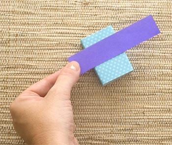 Corte uma tira de papel liso