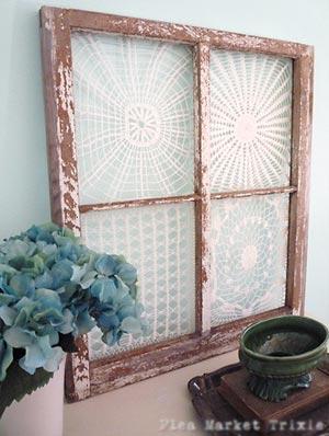 Moldura de janela se transforma em painel com toalhas de crochê