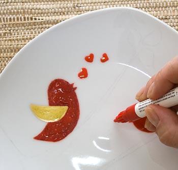 Os detalhes devem ser desenhados com a caneta para porcelana