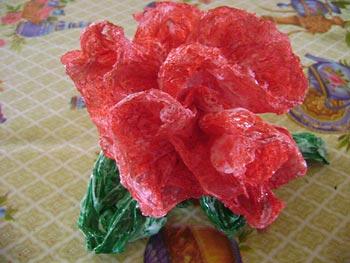 Flor feita com sacolinhas plásticas