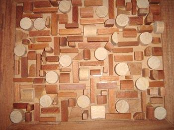 Retraços de madeira compõem um painel decorativo