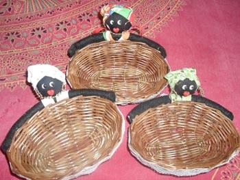 Cestas de vime decoradas com bonecas de tecido