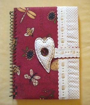 Uma agenda com capa decorada com tecido