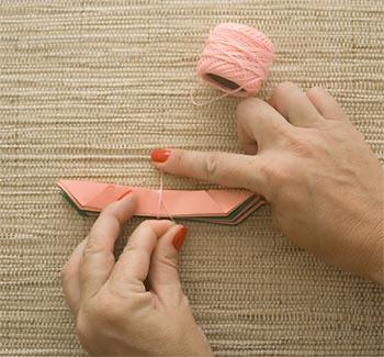Amarre os conjuntos com fio de crochê