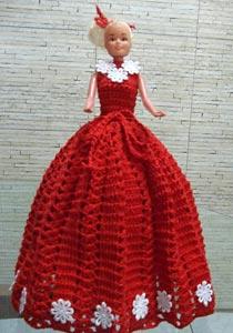 Boneca com vestido de crochê e reciclagem de pet