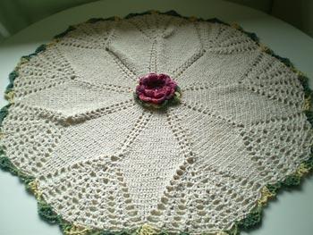 Toalha com detalhe de flor em crochê