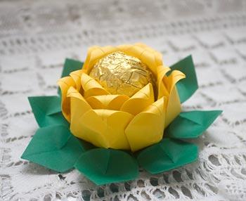 Forminha para doces em origami formato de rosa