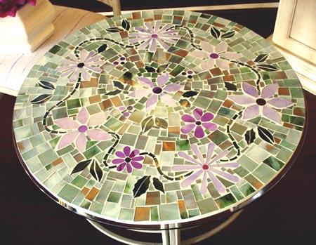 Mesa feita em mosaico com detalhes em flores
