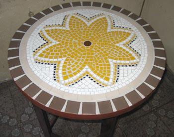 Mosaico simples e bonito sobre a mesa de varanda