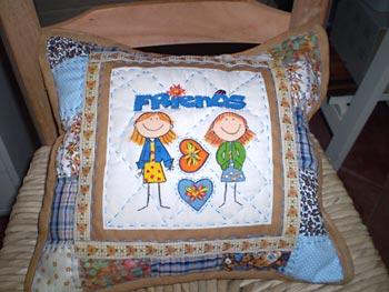 Almofada fofa decorada com patchwork