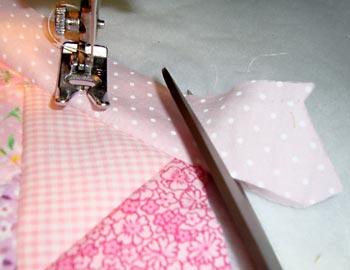 Corte as sobras dos retalhos no final de cada costura
