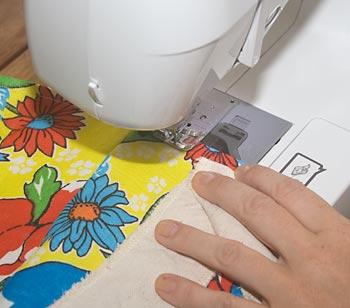 Finalize passando uma nova costura na borda, agora pelo lado direito.
