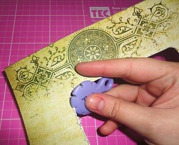 Use o distresser para raspar as bordas