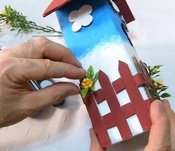 Casa de passarinho reciclada - Cole as flores sobre a cerca