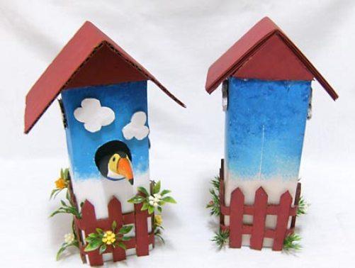 Aí está a casa de passarinho reciclada pronta vista de frente e atrás