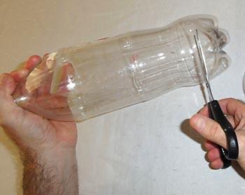 Corte o fundo de uma das garrafas pet