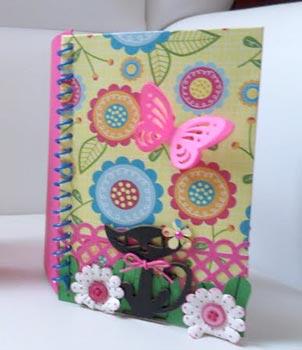 Capa de caderno decorada com scrapbooking