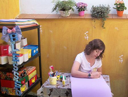 """Mara Evans trabalhando em seu """"nano""""atelier"""