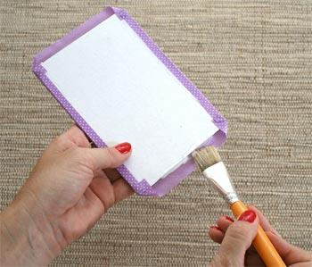 Preparando com tecido a capa do caderno
