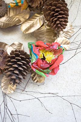 Detalhe da flor de chita na guirlanda