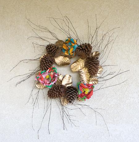 Guirlanda de pinhas e flores de chita para decorar a varanda