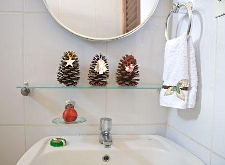 Pinhas no lavabo com tags coloridas