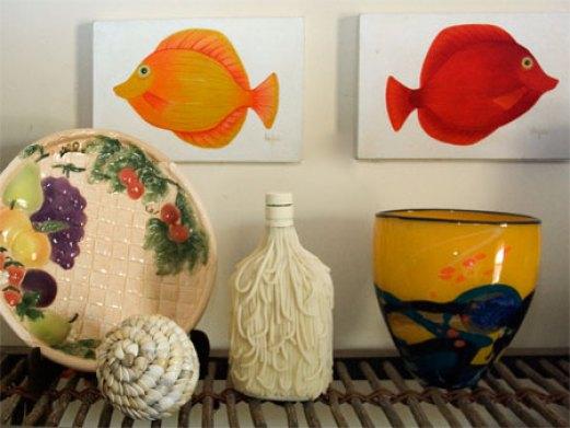 Entre meus objetos de decoração, garrafas de vidro recicladas
