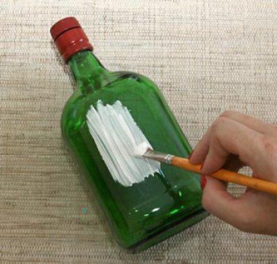 Comece aplicando primer na garrafa