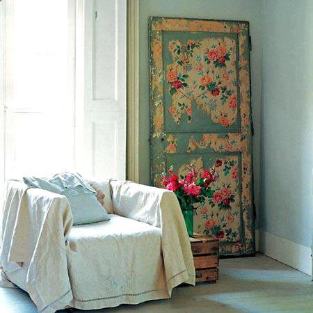 Porta usada reciclada em painel decorativo