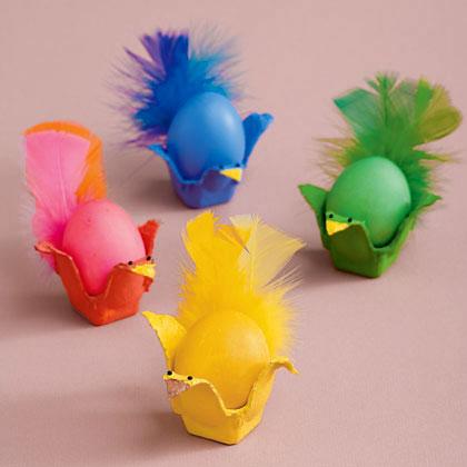 Galinhas porta ovos em caixa de papelão