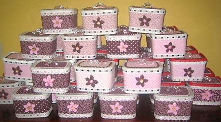 Potes de sorvete transformados em maletinhas