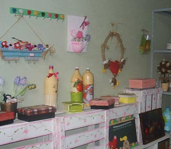 Balcão de atelier feito com caixotes