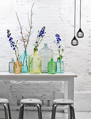 Garrafas e garrafões coloridos para os galhos de floradas