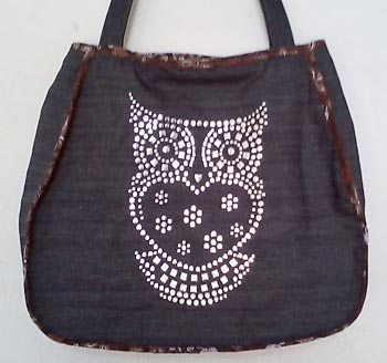 Bolsa com detalhe em tachinhas