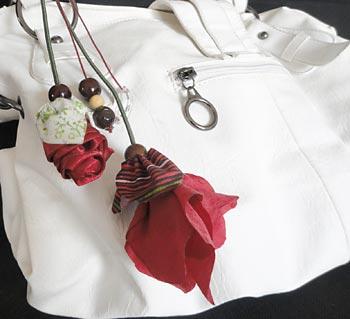 Pingente de bolsa com flores de tecido