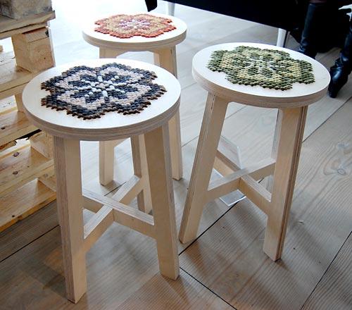 Banquinhos com assento bordado em pontos de tapeçaria