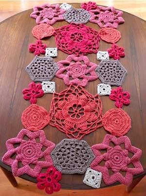 Toalhinhas de croche iguais em montagem simétrica