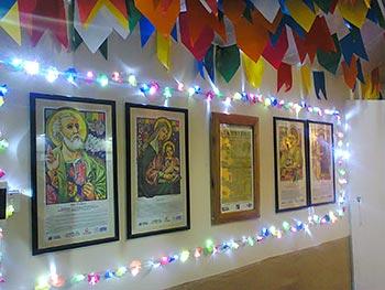Santos juninos e muitas bandeirinhas na decor
