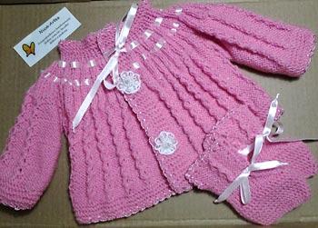Casaco e sapatinho de bebê em tricô