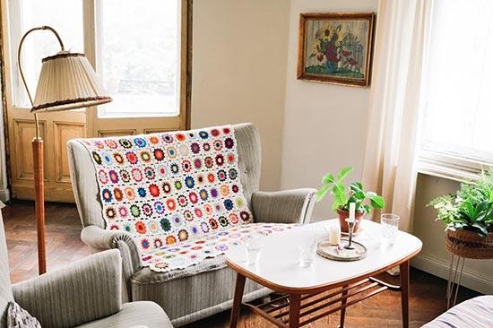 Manta com squares de crochê na decor da sala