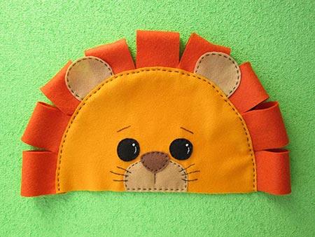 Touca infantil de feltro formato leão