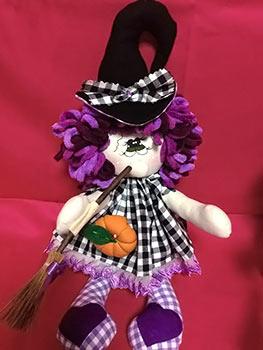 Bruxinha com vassoura, boneca de tecido