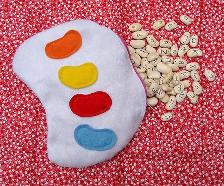 Jogo de letrinhas feito com feijões