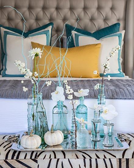 Garrafas e vidros azuis para os galhos de flores