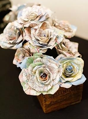 Rosas feitas de mapas para enfeitar