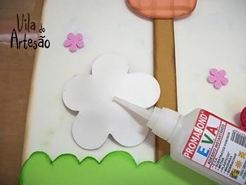 Cole a flor na placa